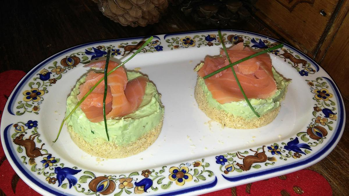 Mini cheesecakes de aguacate y salmón