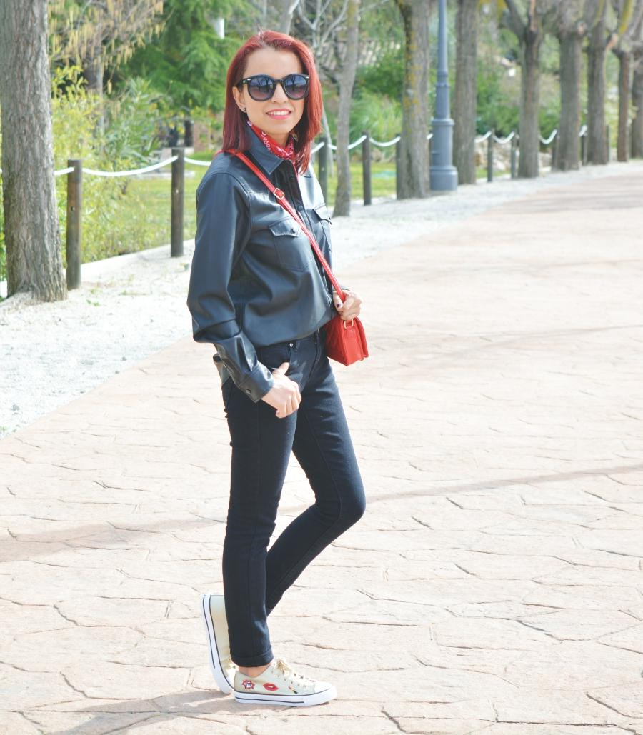 look-total-black-y-deportivas-3