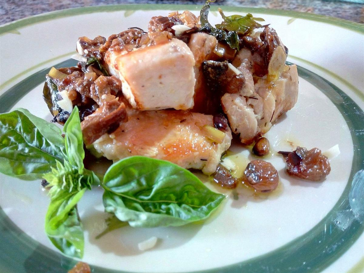Pollo con uvas pasas - Pollo con porcini e uva sultanina - Chicken with porcini mushrooms