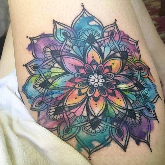 mandala a color tatuado