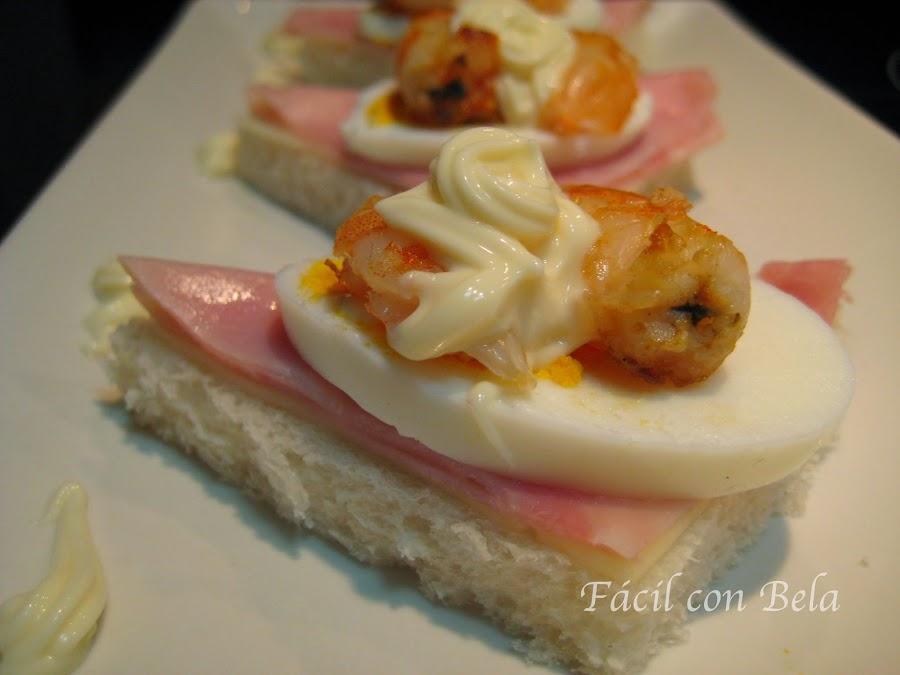 ¿Buscas una idea para hacer canapés sencillos? Mira esta: canapé de jamón, queso, huevo y langostino