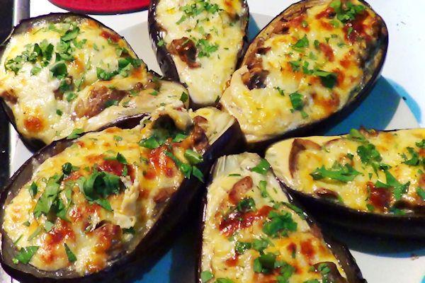 Berenjenas rellenas de pollo y champiñones y cocinadas en el horno