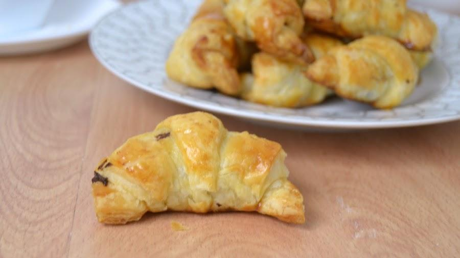 Croissants rellenos de chocolate hechos en casa. ¡Receta fácil!