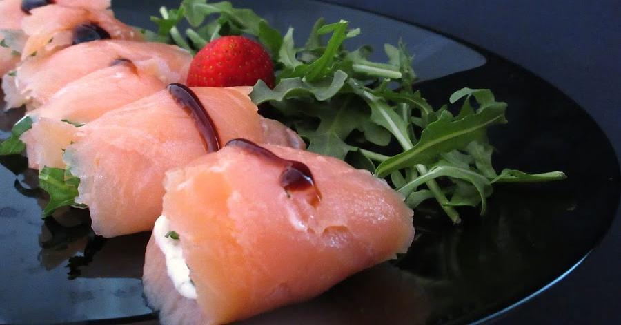 Bocaditos de salmón con salsa tártara y rúcula