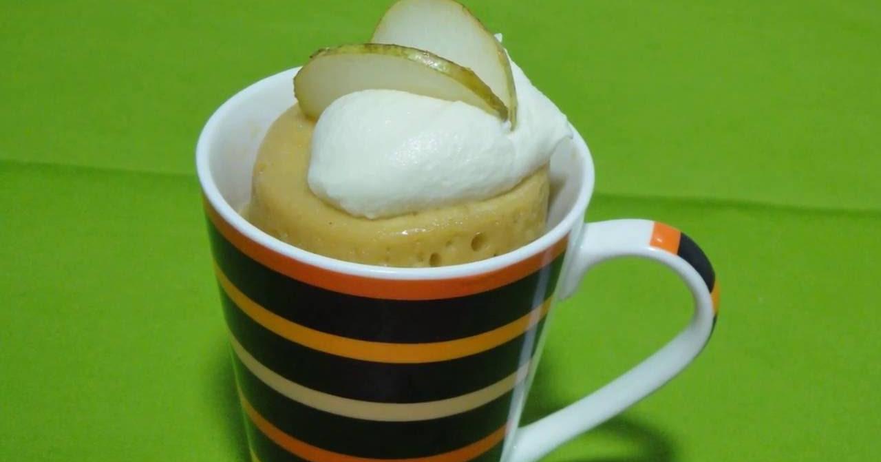 Mug cake de pera con ganache de chocolate blanco. Receta fácil SIN HORNO