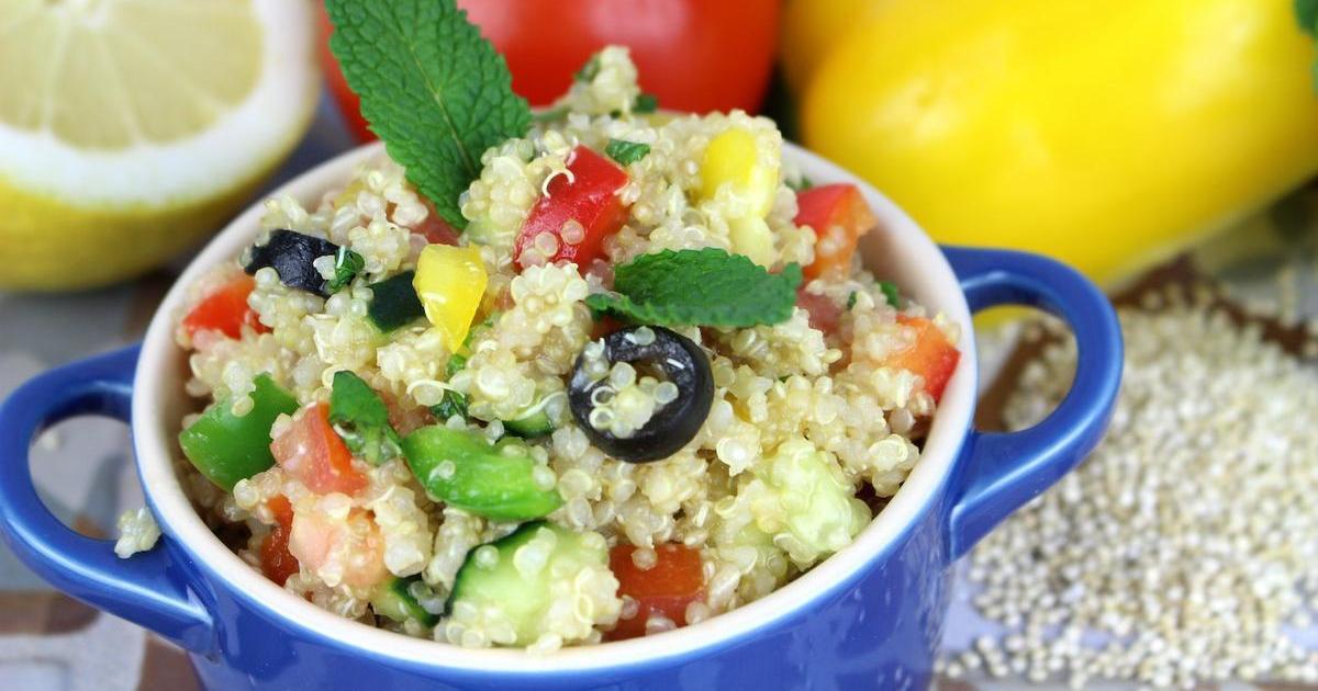 Ensalada de quinoa estilo tabulé (con verduras frescas y hierbabuena)