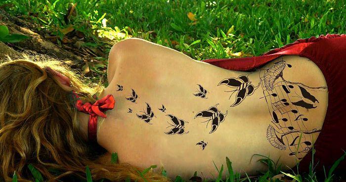 8 delicados tatuajes en la espalda para una mujer coqueta