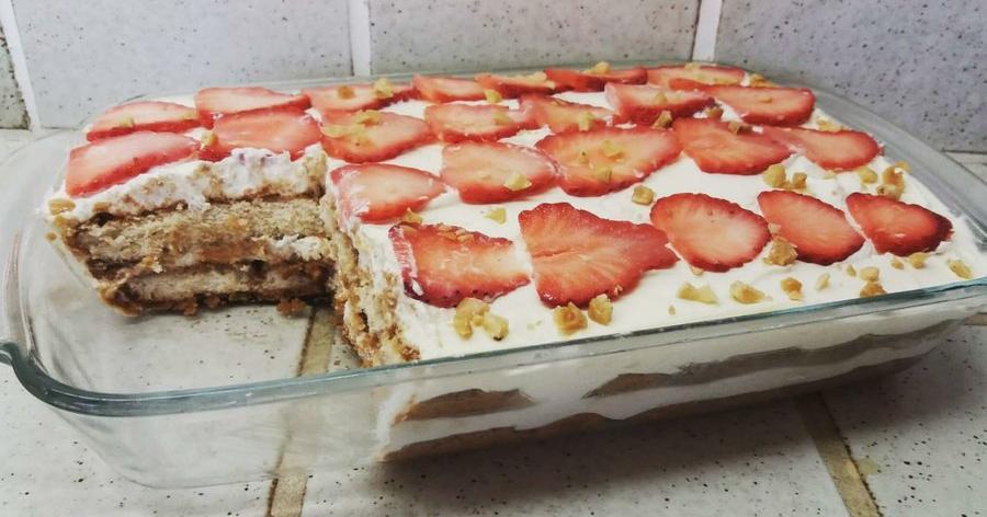 Tiramisú fácil con fresas y avellanas