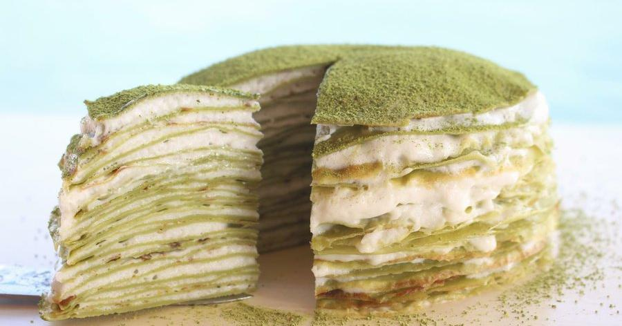 Pastel de crepes con té matcha
