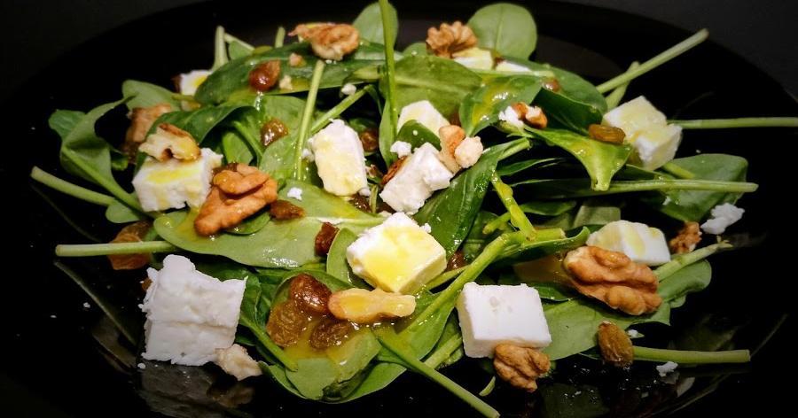 Ensalada de espinacas,feta, pasas y nueces con aliño de mostaza y miel