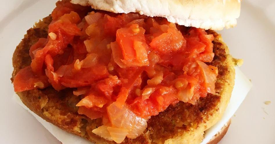 Hamburguesas vegetales de garbanzos y calabacín con salsa de tomate a la mostaza