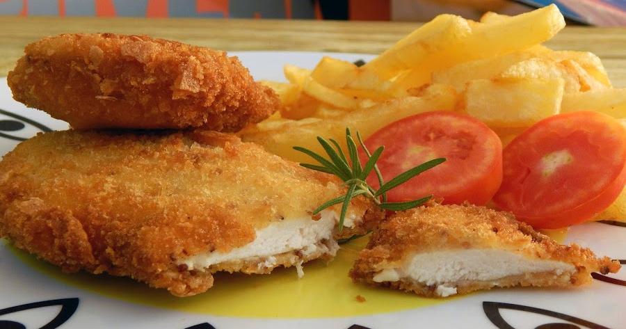 Milanesa de pollo con mostaza, romero y pan crujiente casero