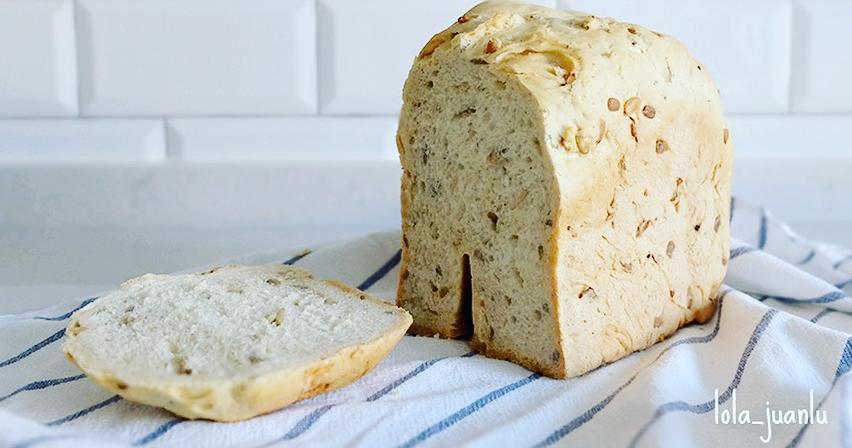 Pan de ajo con pipas en panificadora