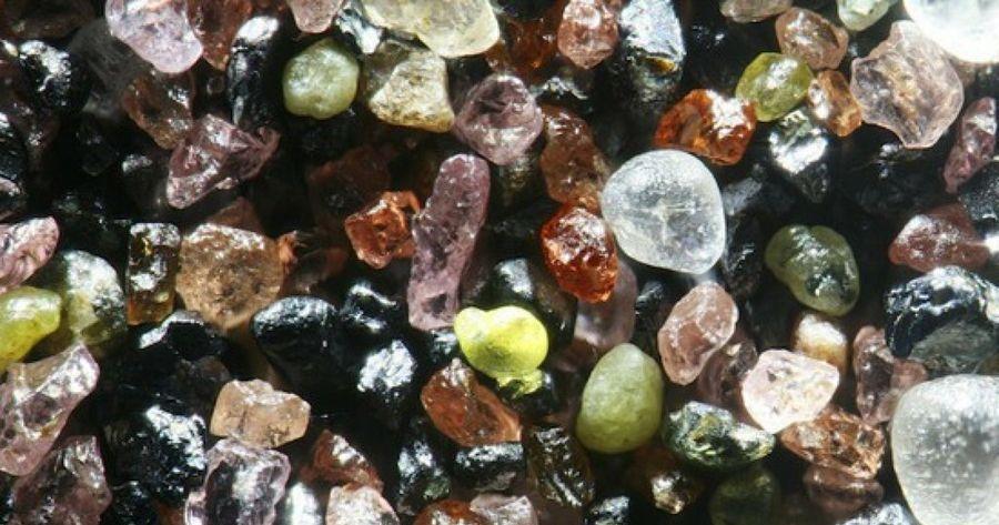 Impresionantes fotografías de arena de playa aumentadas al microscopio 300 veces
