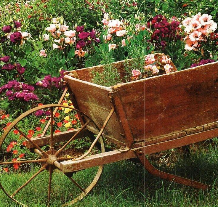 Decora tu jard n con una carretilla de madera y dale un for Carreta de madera para jardin