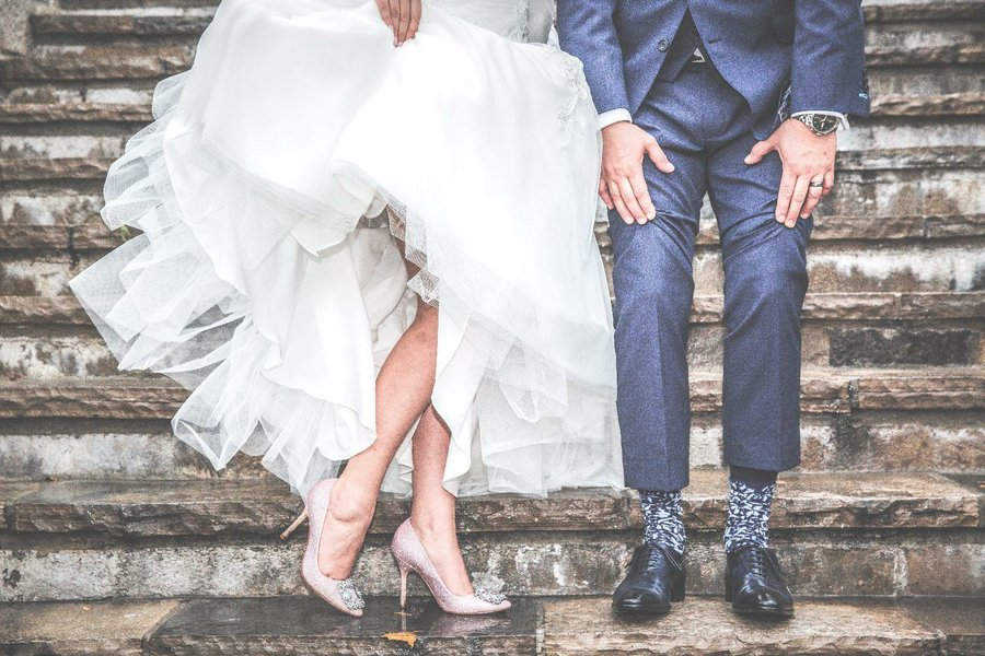 Vestido de novia blanco con zapatos plateados