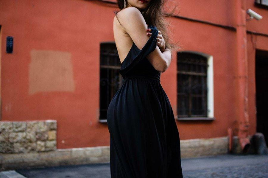 Sonar viendo mujer vestida de negro
