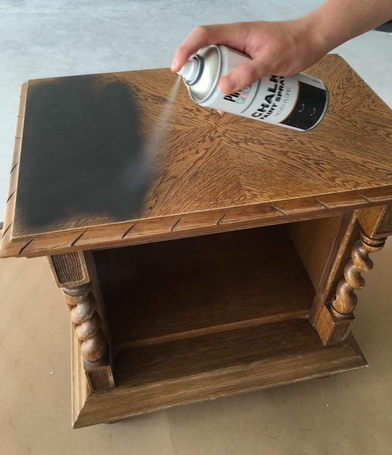 mesita-de-noche-con-spray-pintyplus-chalk-paint