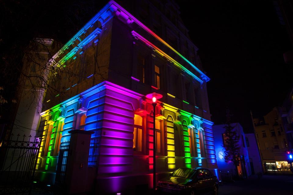 edificio-iluminado-con-led-de-colores