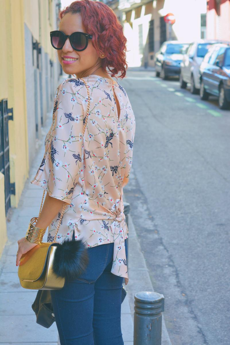 Look casual con blusa estampada