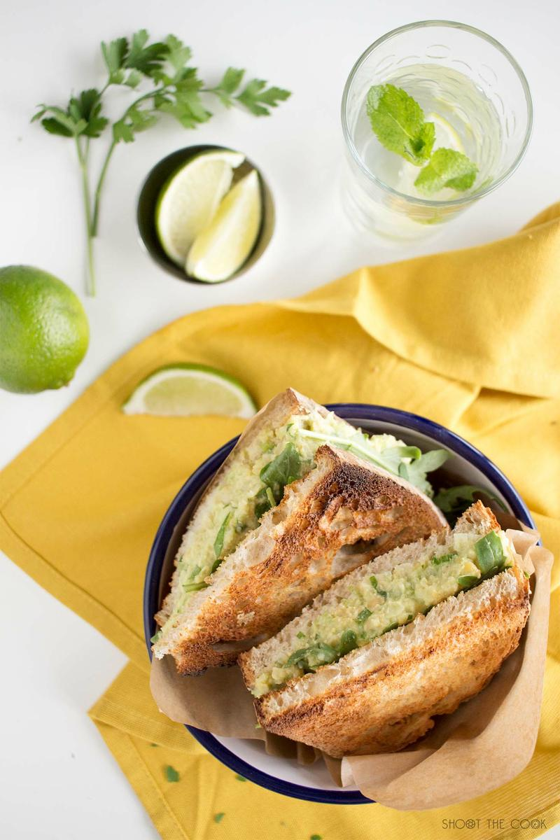 sandwich saludable de aguacate y garbanzos
