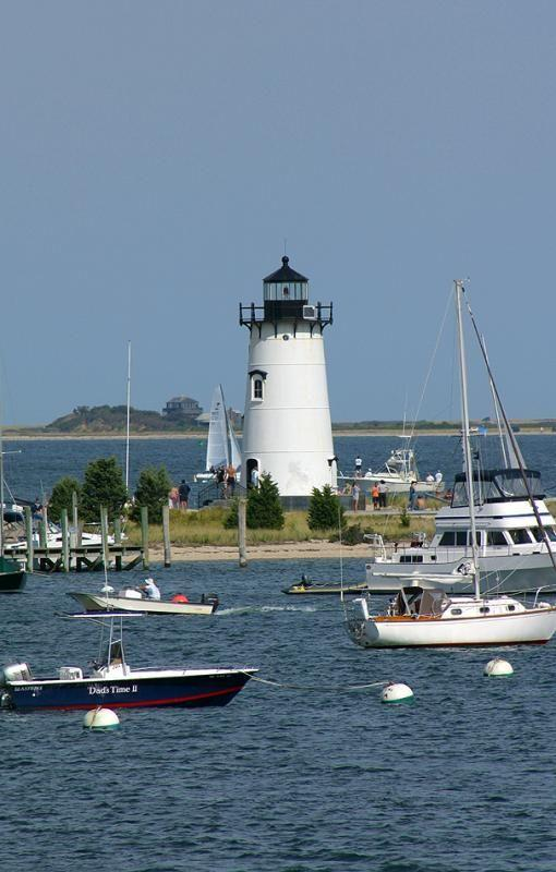 Islas para visitar en Estados Unidos, Edgartown Harbor Light is a Marthas Vineyard lighthouse located in Edgartown, Massachusetts, USA, that marks the entrance into Edgartown Harbor and Katama Bay. Marthas Vineyard has five lighthouses.
