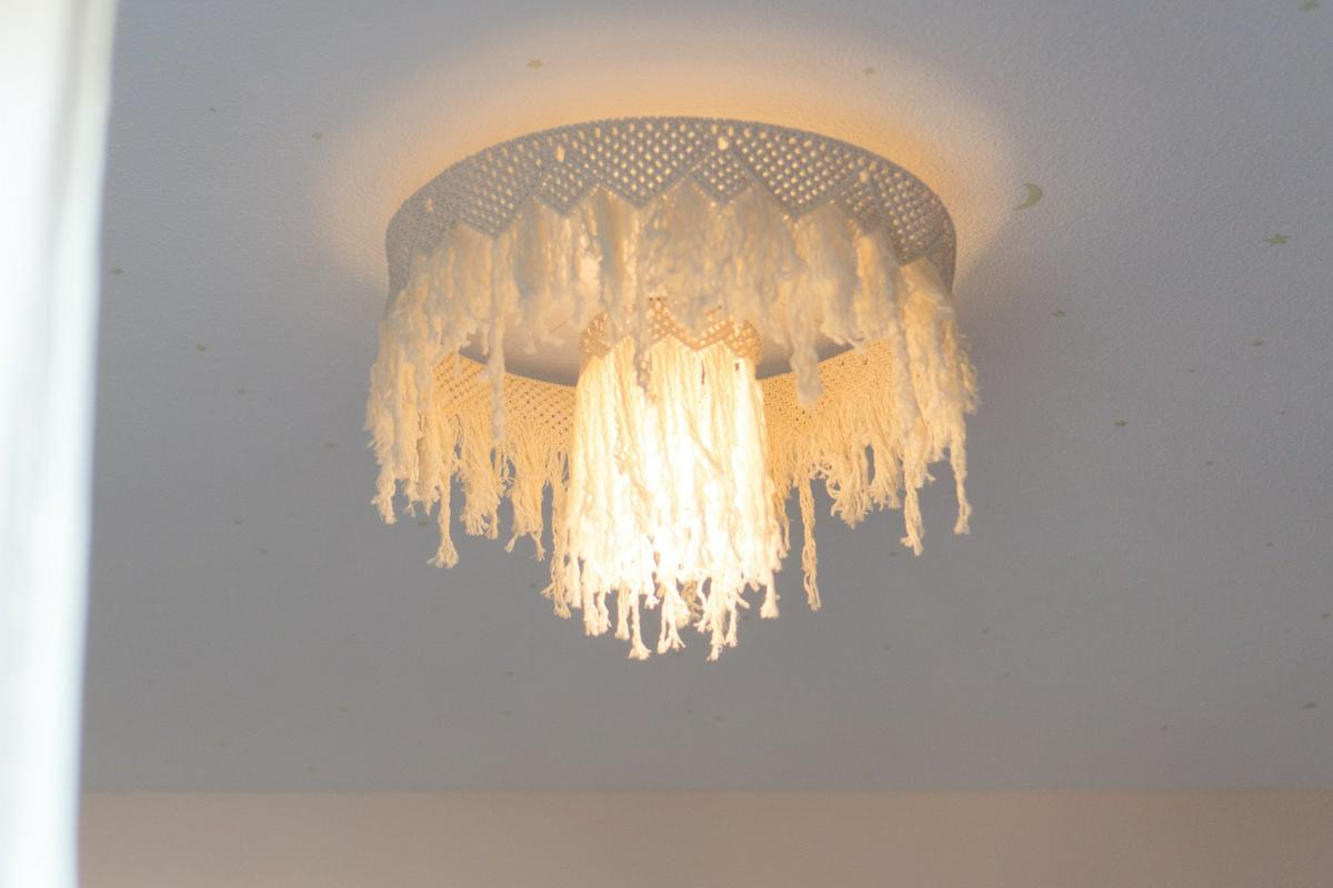 "Lampara de Macrame DIY encendida, visto en ""I am a Mess Blog"""