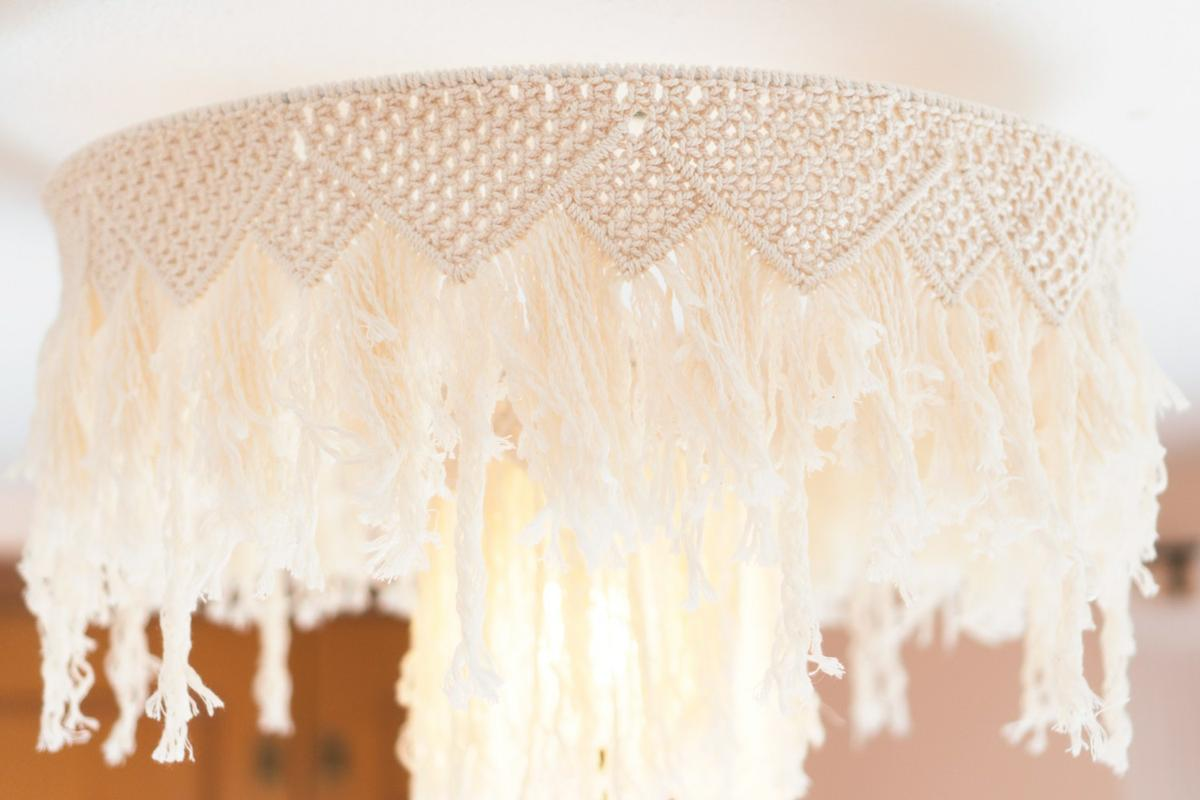 "Lampara de macrame DIY, Visto en ""I am a Mess Blog"""