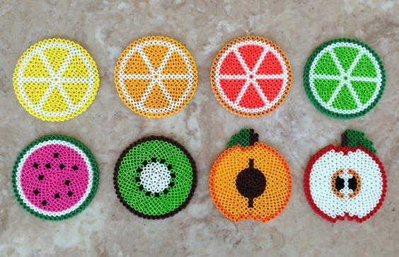 Set of 8 fruit-themed Perler bead coasters por jennionenote en Etsy: