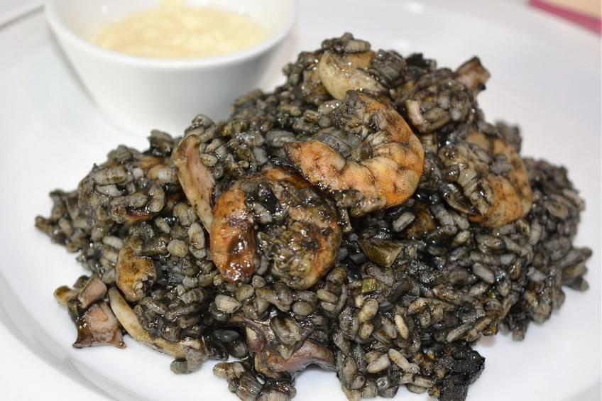 Una receta marinera 100%: arroz negro con calamares