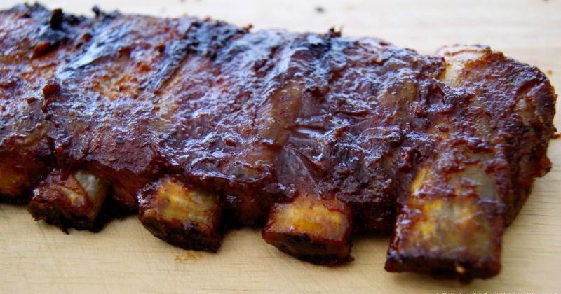 Costillas de cerdo con salsa barbacoa en dos cocciones