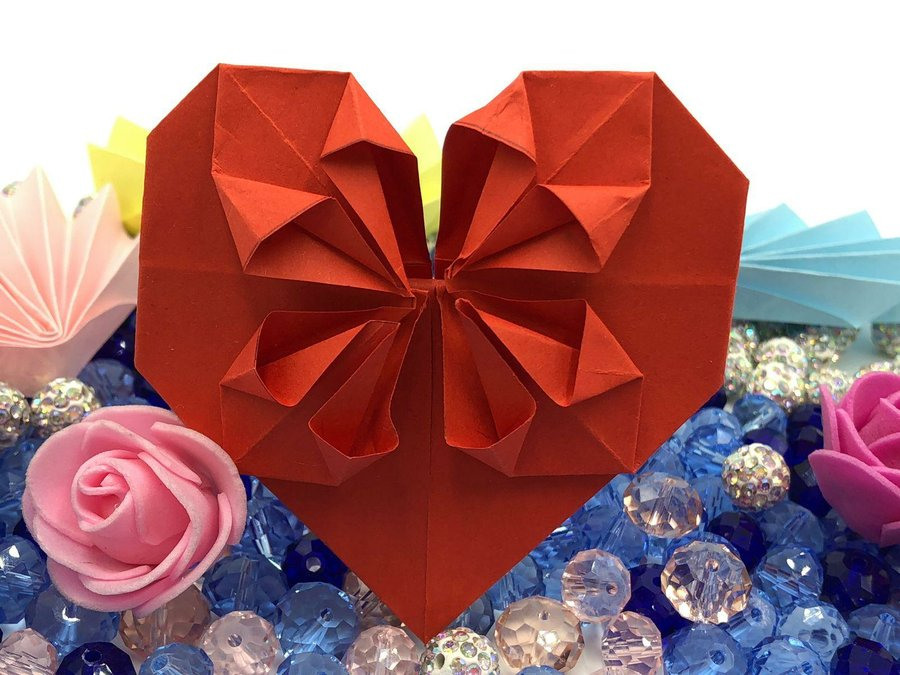 Corazón de papel con pétalos para San Valentín | Manualidades