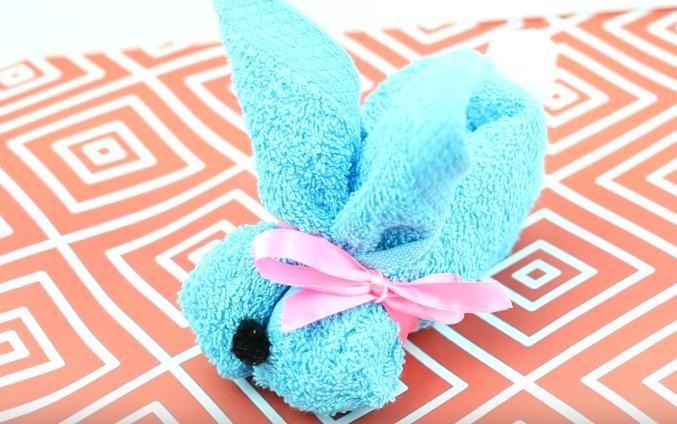 Fácil de doblar servilletas y decoración de Pascua con toallas