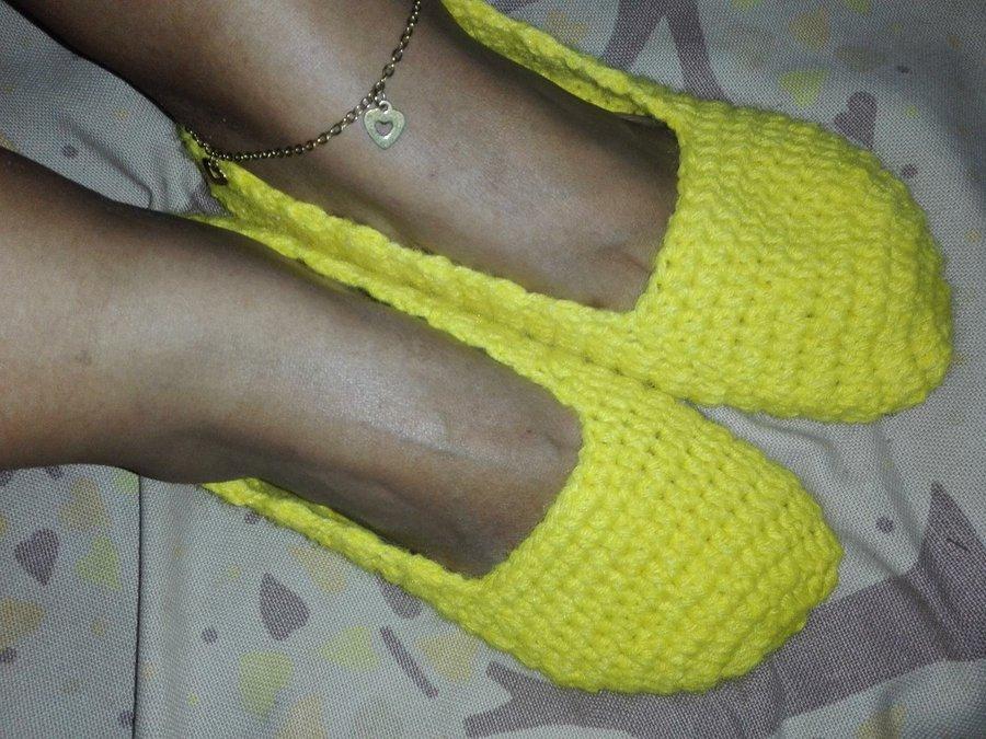 cb0b1b16 Para elaborar estos lindos zapatos o pantuflas a crochet, no necesitamos  mucho tiempo en una tarde si le ponemos empeño lo terminamos, ademas los  puntos son ...