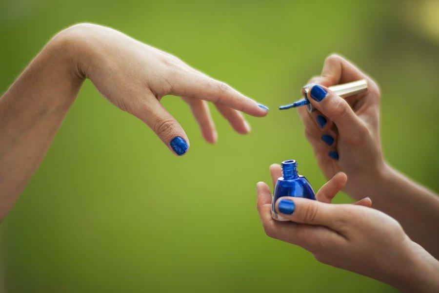 Decora tus uñas con color azul | Belleza