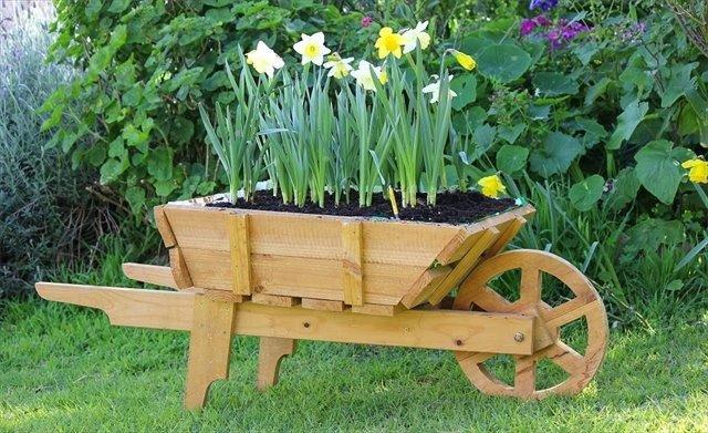Decora tu jard n con una carretilla de madera y dale un for Carretillas de madera para jardin
